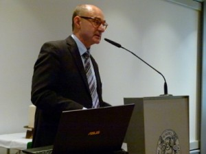 Dr. Werner Klän addresses the convention.